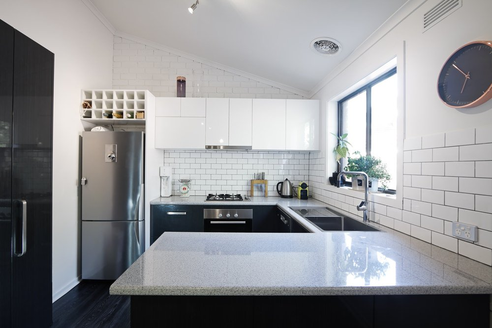 Example of a kitchen with subway tile backsplash