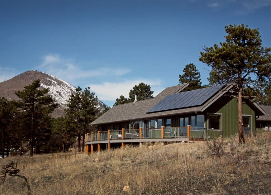 This house is set in the mountains, surrounded by the woods and has a very stylish exterior design. It offers a deck boasting a stunning surroundings.