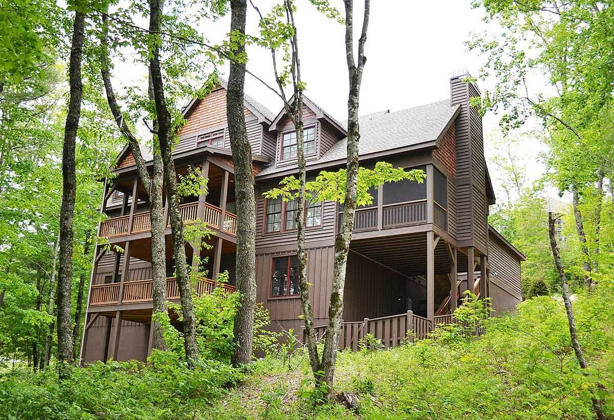The back of the house is filled with lush vegetation of tall trees and shrubs the go well with the dark brown tone of the exteriors filled with balconies.