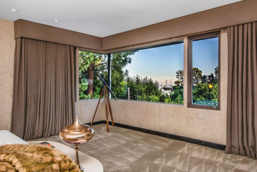 This bedroom suite offers a comfy bed facing the beautiful surroundings through the glass windows. Images courtesy of Toptenrealestatedeals.com.