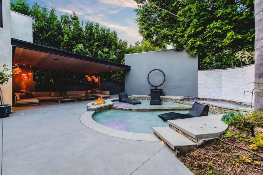 A focused look at the custom swimming pool along with a modern outdoor living set on the side. Images courtesy of Toptenrealestatedeals.com.