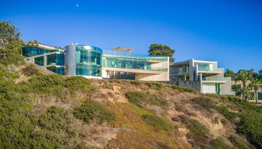An outside view of the mansion Alicia Key's home. The property overlooks the Pacific Ocean. Images courtesy of Toptenrealestatedeals.com.