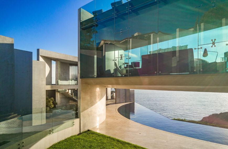 Another outside view of the mansion showcasing the magnificent large glass windows. Images courtesy of Toptenrealestatedeals.com.