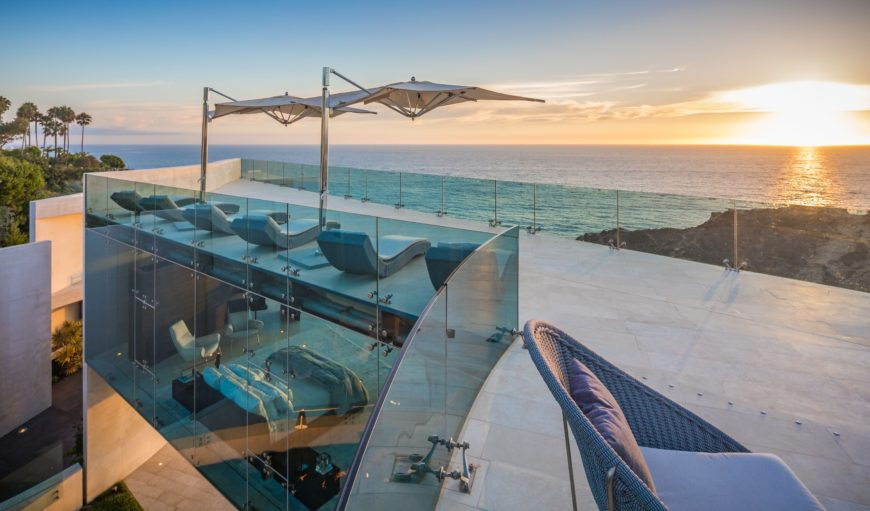 The rooftop offers a set of great sitting lounges overlooking the stunning sunset over the Pacific Ocean. Images courtesy of Toptenrealestatedeals.com.