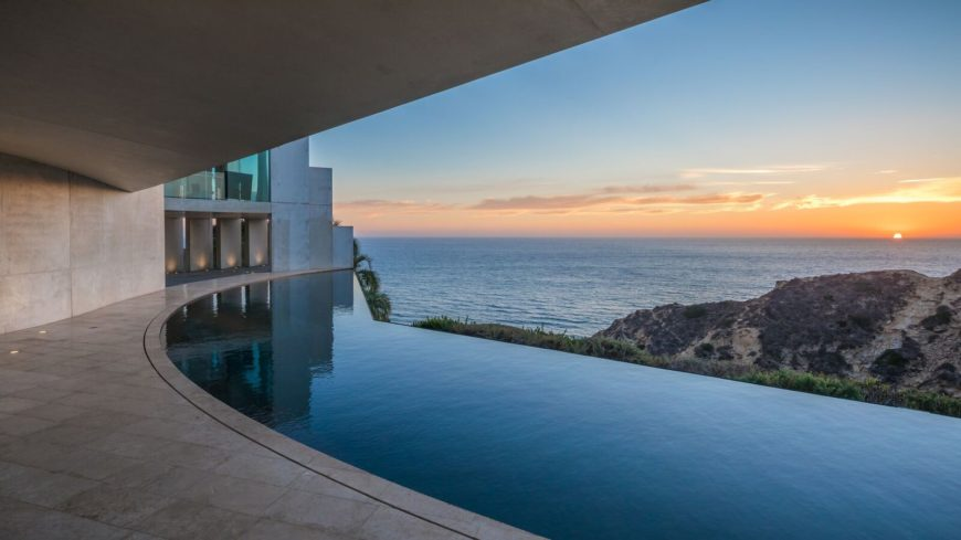 The mansion also offers a custom infinity swimming pool overlooking the magnificent Pacific Ocean. Images courtesy of Toptenrealestatedeals.com.