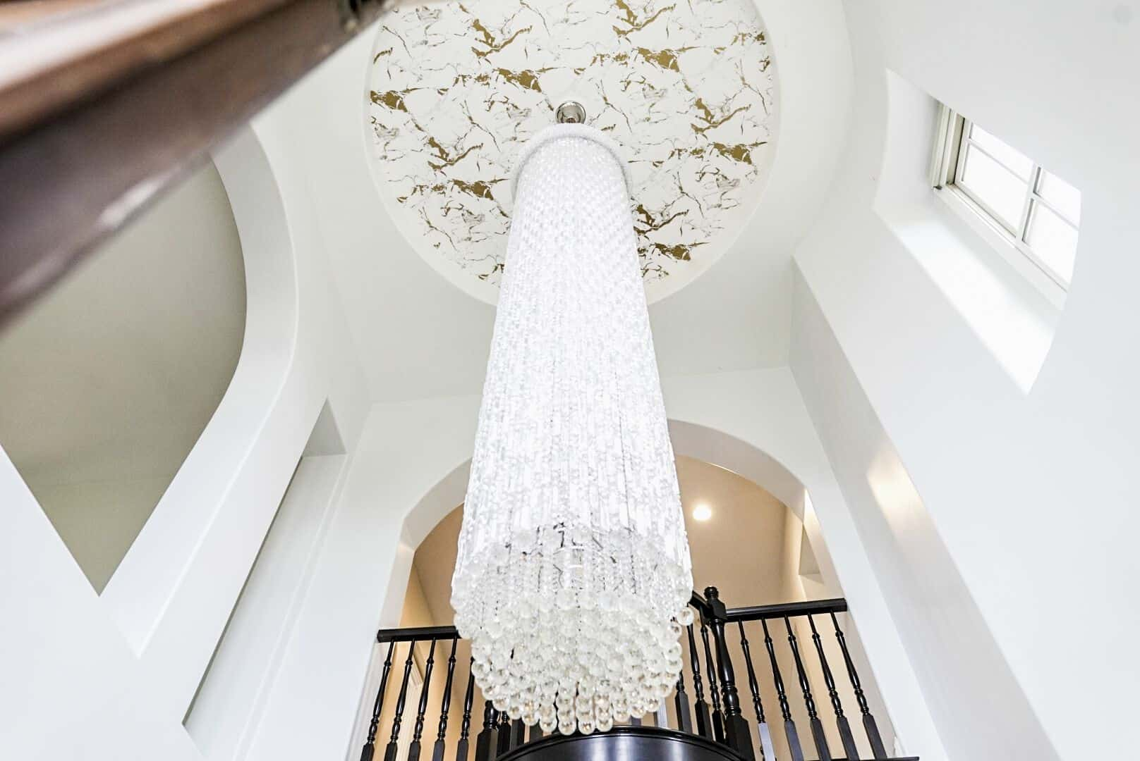 A focused look at the house's grand chandelier, boasting how luxurious this mansion is. Images courtesy of Toptenrealestatedeals.com.