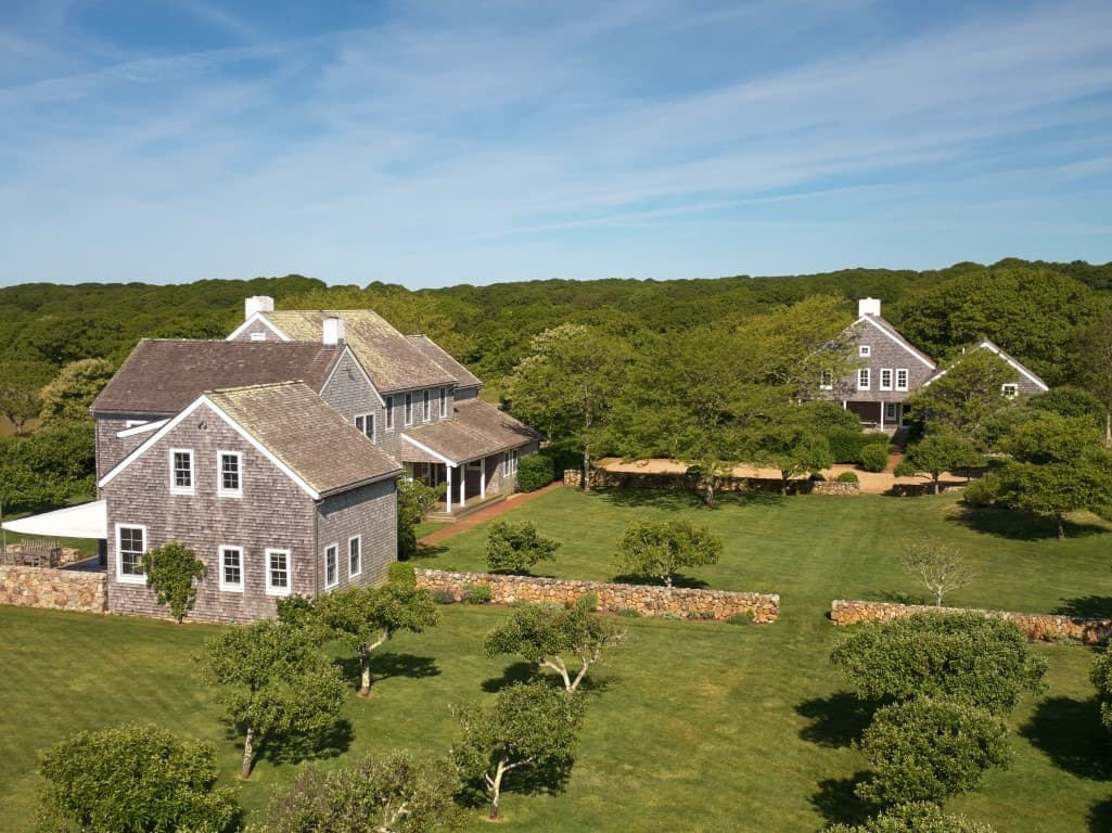 An aerial view of Jacqueline Kennedy's farm boasting how large the property and how beautiful the surrounding is. Images courtesy of Toptenrealestatedeals.com.