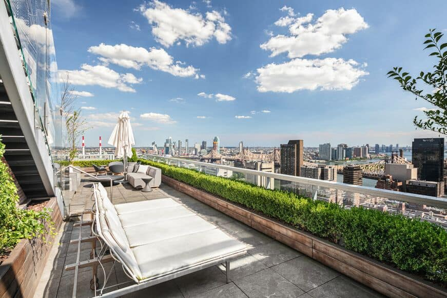 Here's the look at the rooftop's sitting lounges overlooking the breathtaking skies and gorgeous city view. Images courtesy of Toptenrealestatedeals.com.