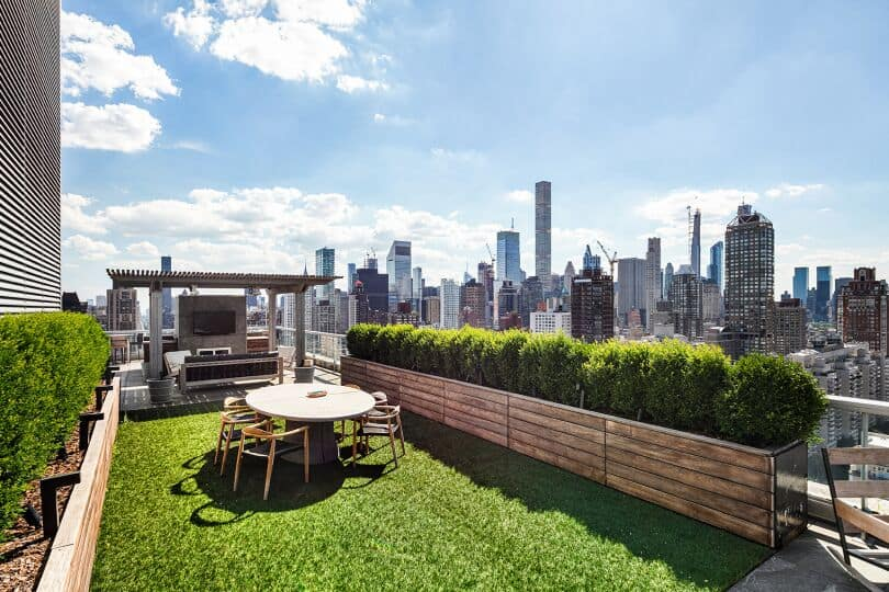 There's a small garden on the rooftop too, offering an outdoor dining table set situated on the lawn area. Images courtesy of Toptenrealestatedeals.com.