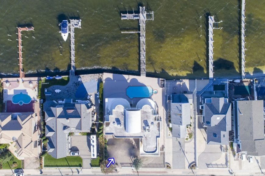 Another aerial view of Joe Pesci's mansion showcasing the beautiful architecture and outdoor amenities. Images courtesy of Toptenrealestatedeals.com.