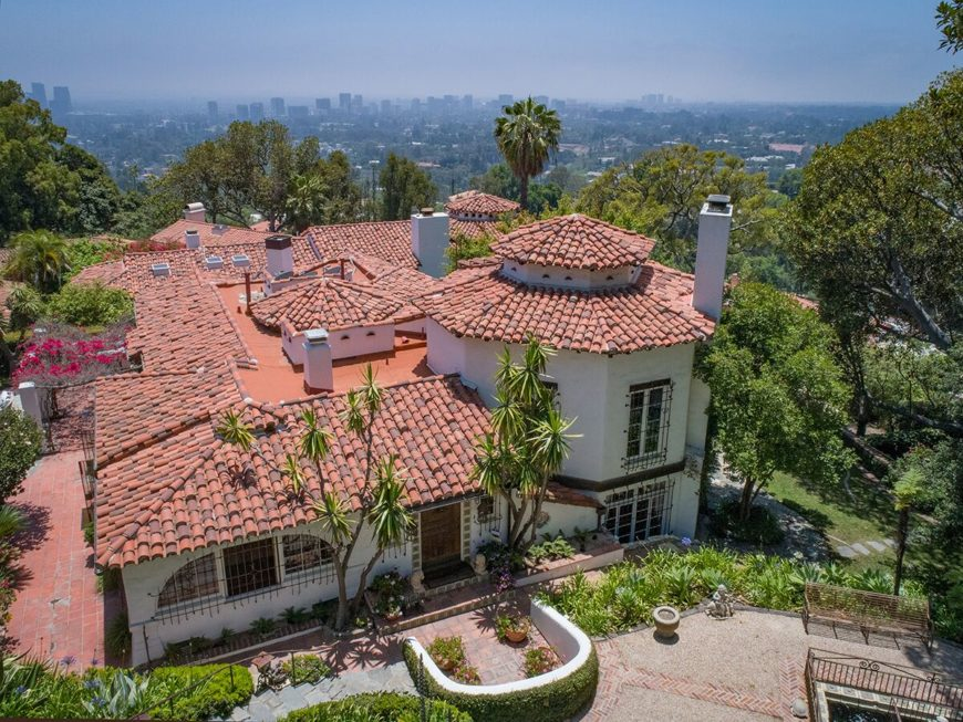 An aerial view of the house boasting the beautiful Mediterranean-style architecture. Images courtesy of Toptenrealestatedeals.com.