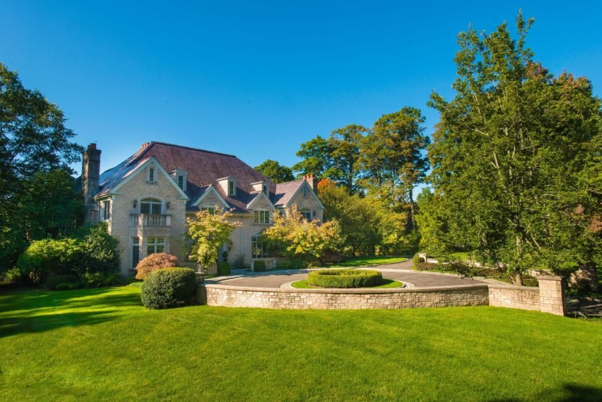 A large and wide garden and lawn areas inside Regis Philbin's mansion. The greenery of this property is so beautiful. Images courtesy of Toptenrealestatedeals.com.