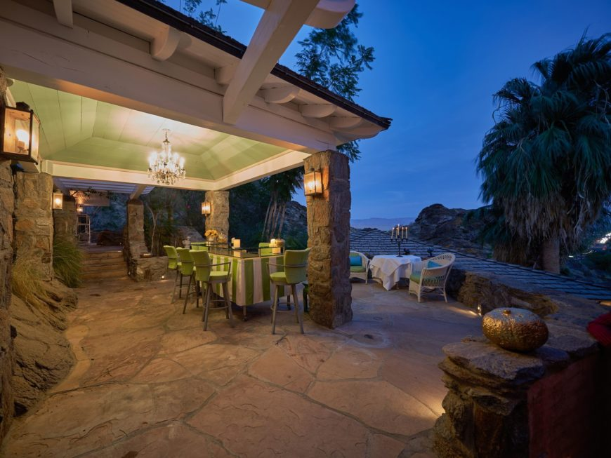 There's an outdoor kithen, an outdoor dining and a gorgeous walkway overlooking the stunning ocean view outside of the house. Images courtesy of Toptenrealestatedeals.com.