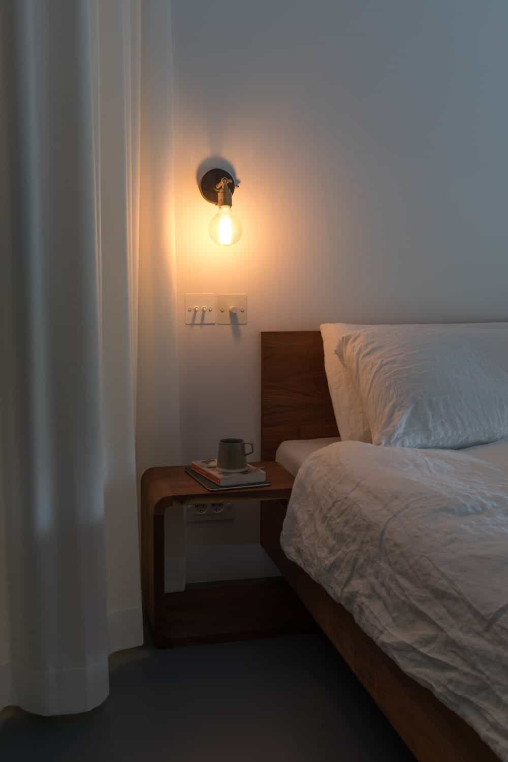 Wooden bed with built-in nightstand in the Frans Halsstraat designed by Cantero Architecture.