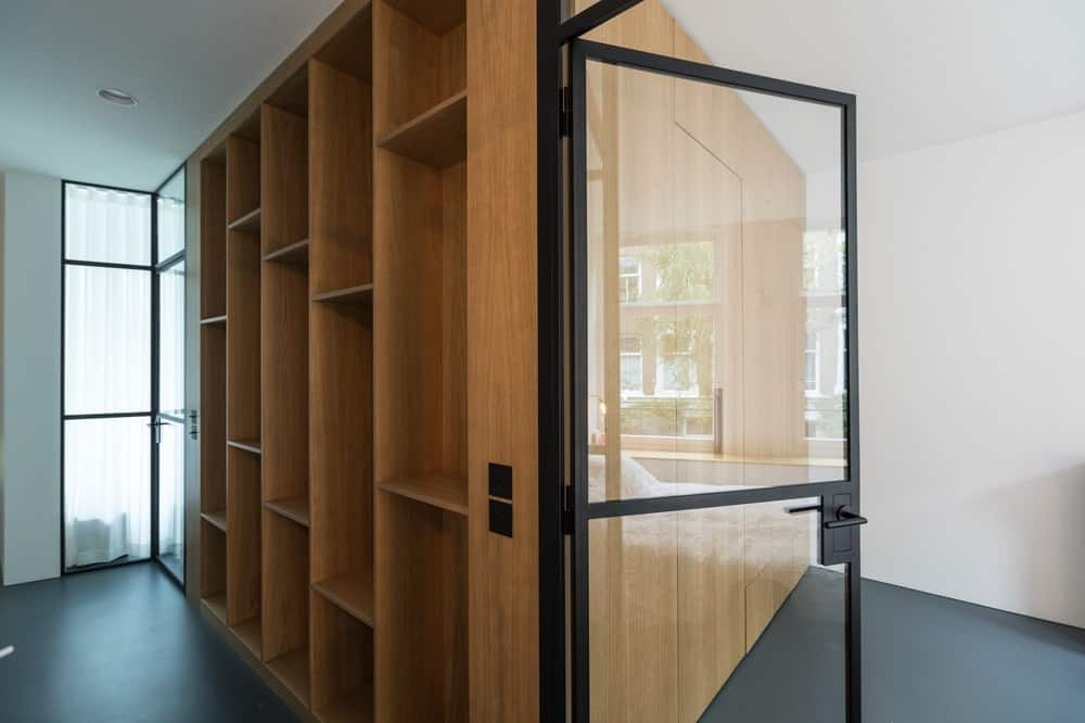 Built-in wooden shelvings in the Frans Halsstraat designed by Cantero Architecture.