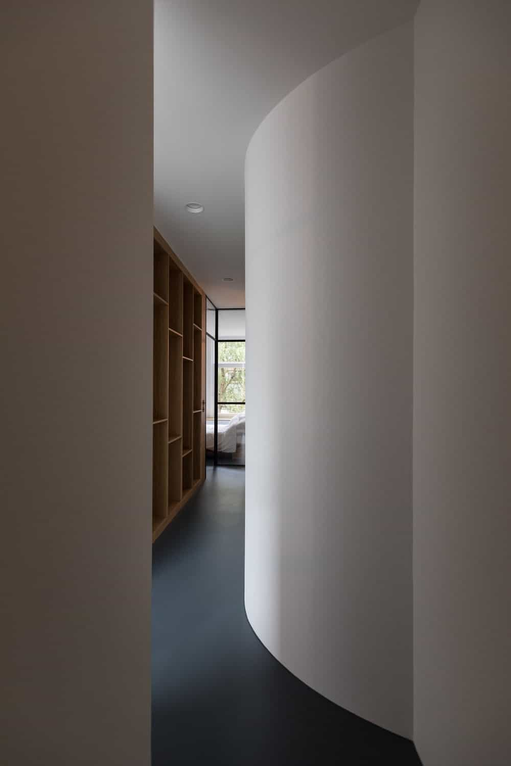 White curved walls inside the primary bedroom in the Frans Halsstraat designed by Cantero Architecture.