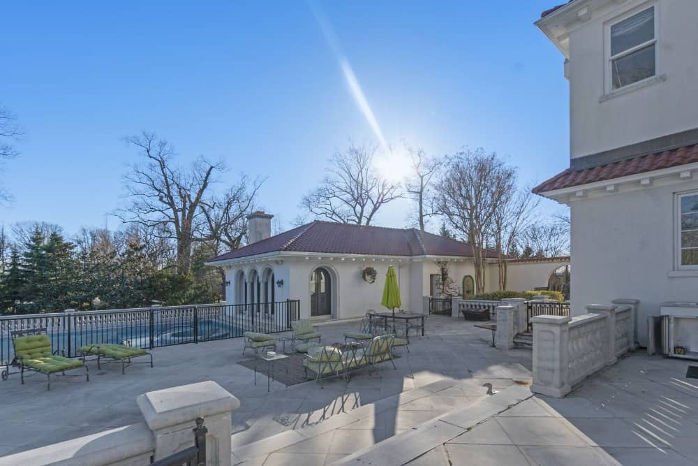 Here's a focused look at the mansion's outdoor area featuring a nice living set and outdoor dining, along with a swimming pool. Images courtesy of Toptenrealestatedeals.com.