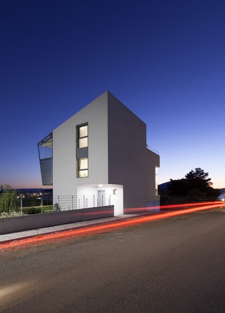 House exterior in the Hidden Cross Residence designed by Ntovros Vasileios Architects.