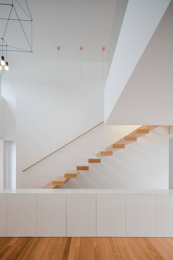 Floating staircase in the House BL designed by Hugo Monte.