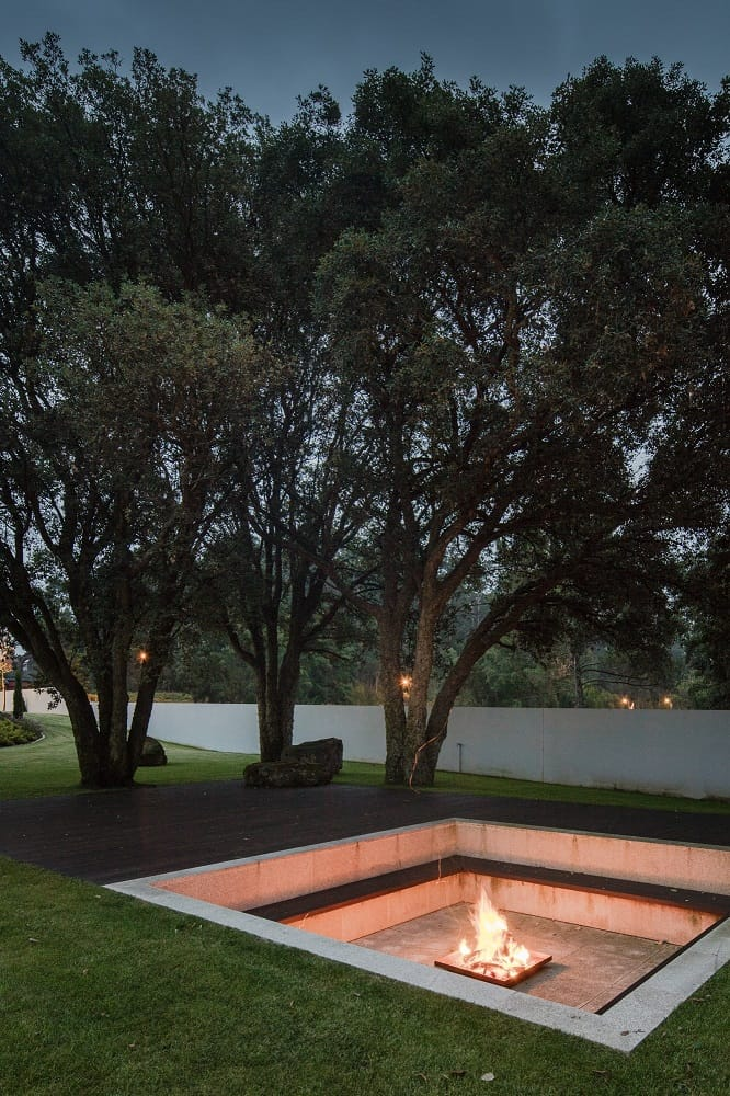 Backyard seat walls with firepit at the House BL designed by Hugo Monte.