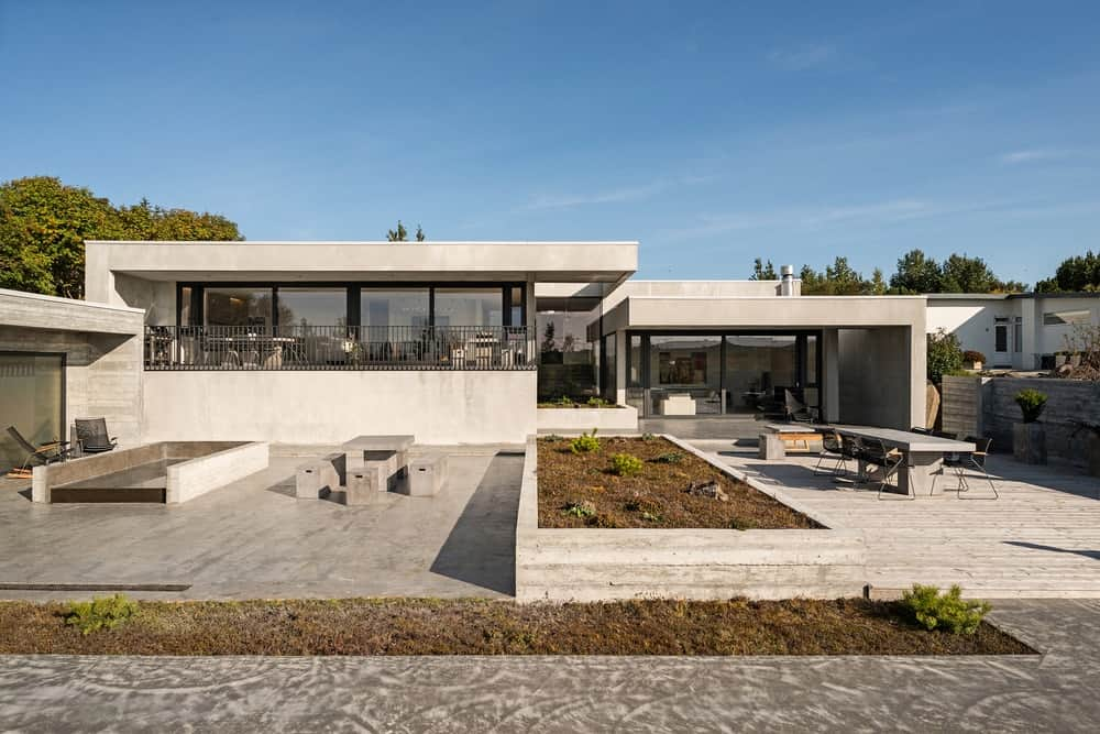 Outdoor view of the luxury house designed by Trípólí. It offers nice outdoor amenities such as outdoor dining and patio.