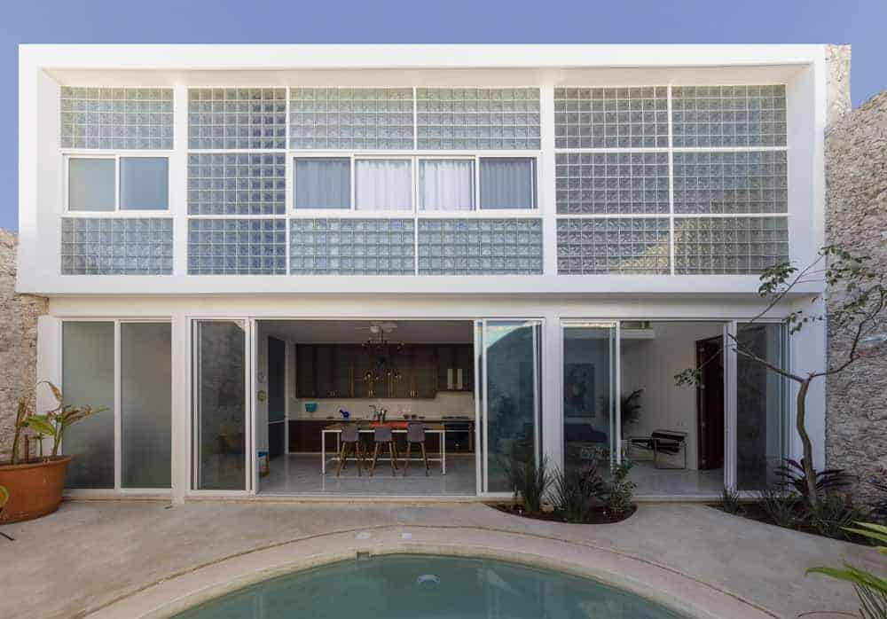 Designed by Taller Estilo Arquitectura, this house is a magnificent piece of work with white exterior finish and glass windows and walls. It also has an exciting outdoor area with a swimming pool.