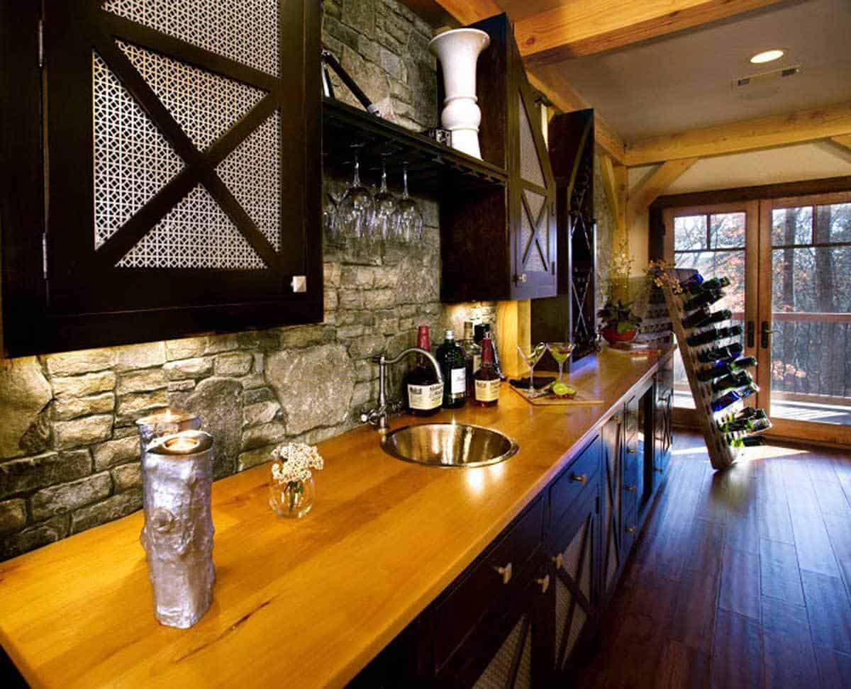 Wet bar-equipped kitchenette.