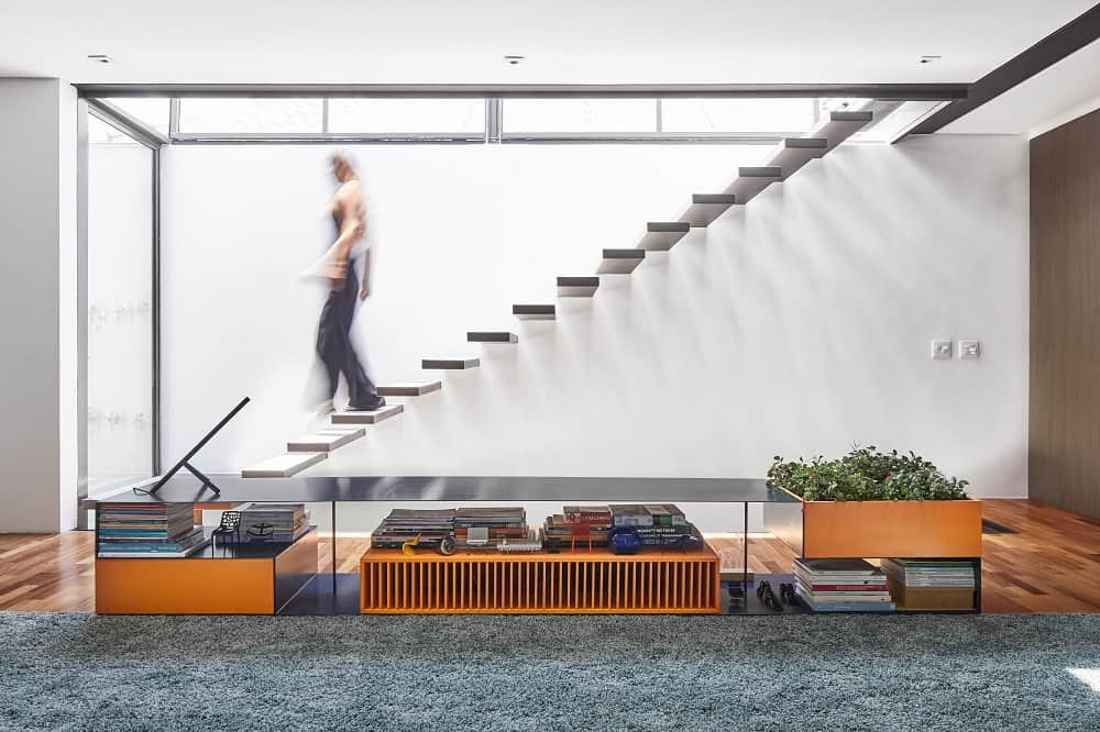 Floating staircase in the Casa Box designed by Flavio Castro.
