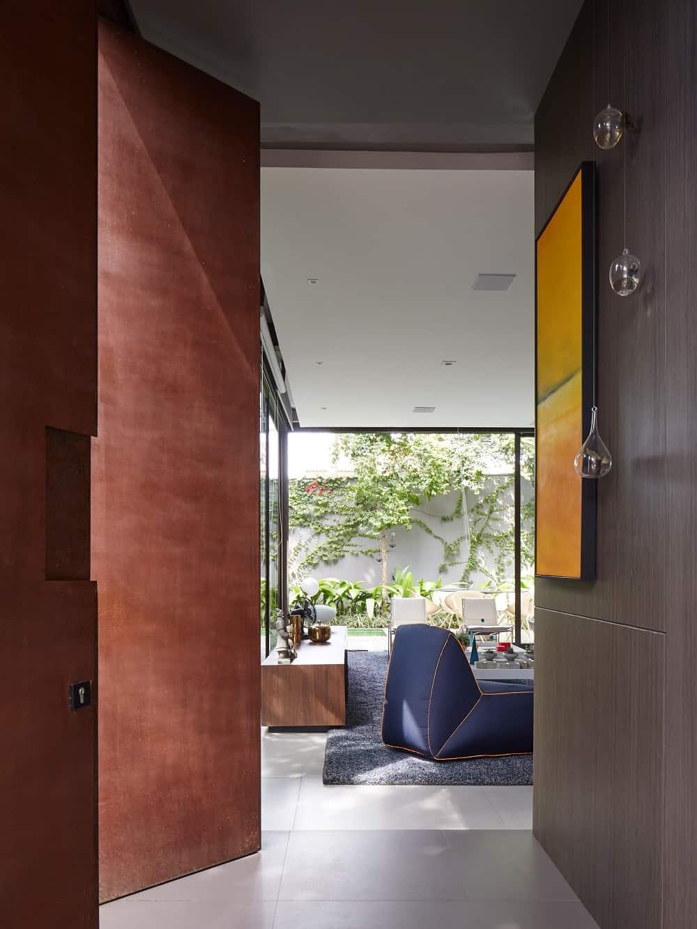 Corridor leading to the living room in the Casa Box designed by Flavio Castro.
