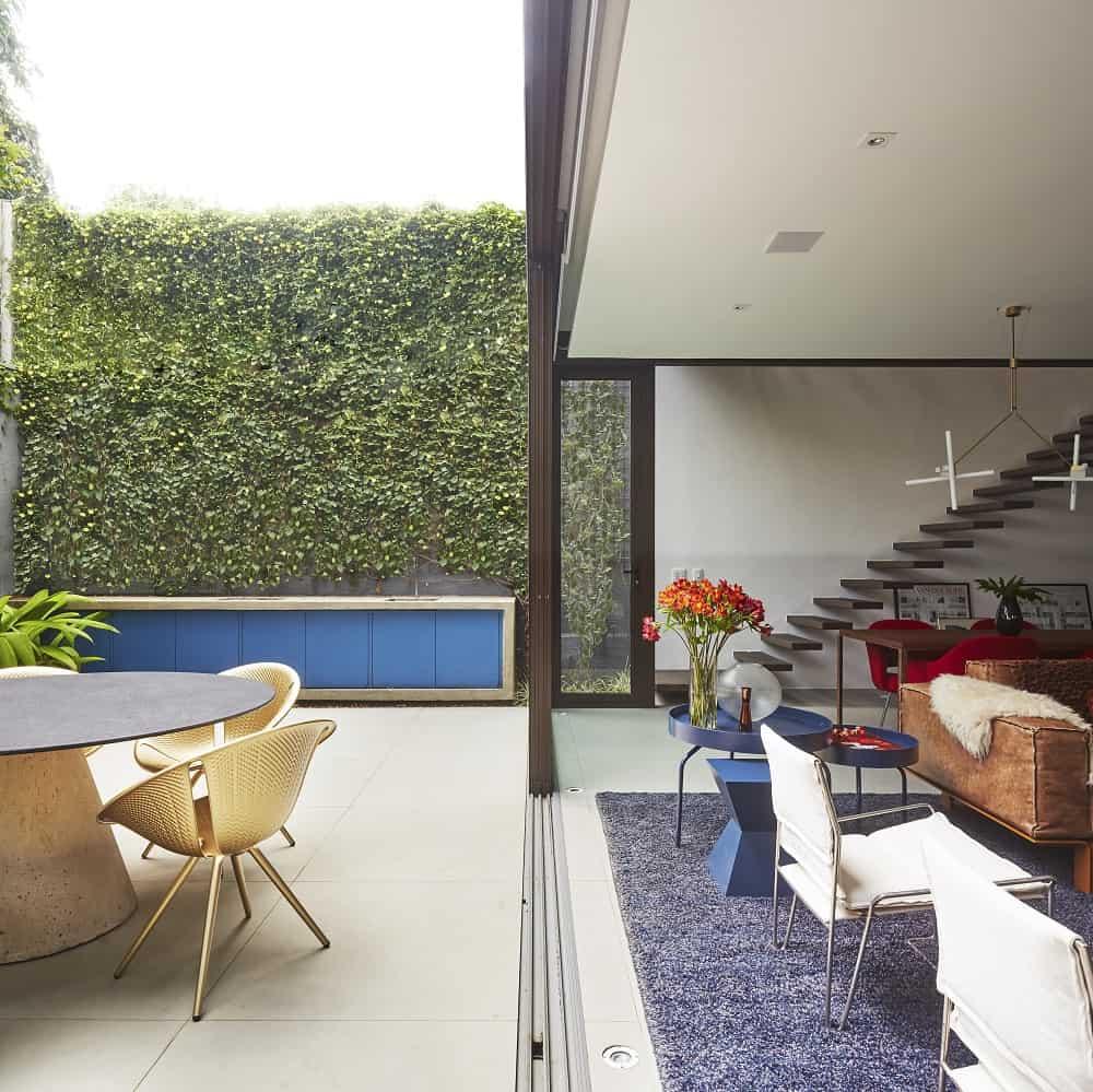 Patio and living area in the Casa Box designed by Flavio Castro.