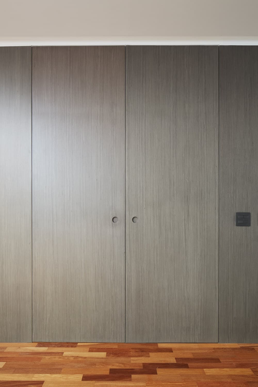 Door leading to the bathroom in the Casa Box designed by Flavio Castro.