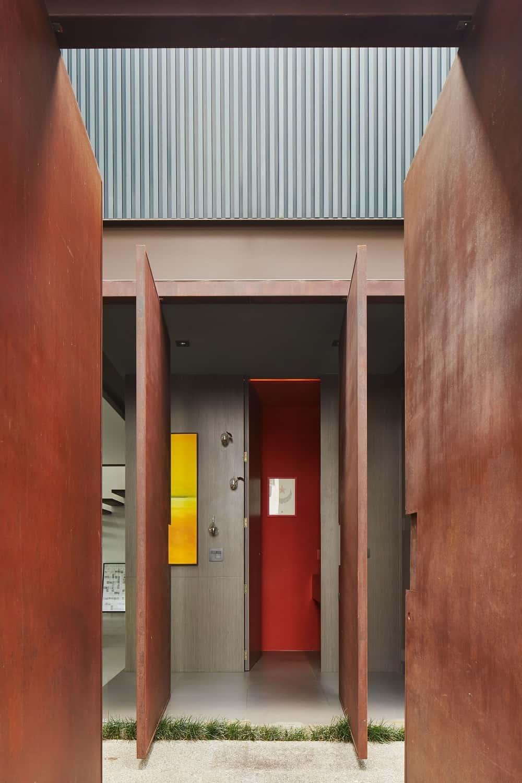 Front door of the Casa Box designed by Flavio Castro.