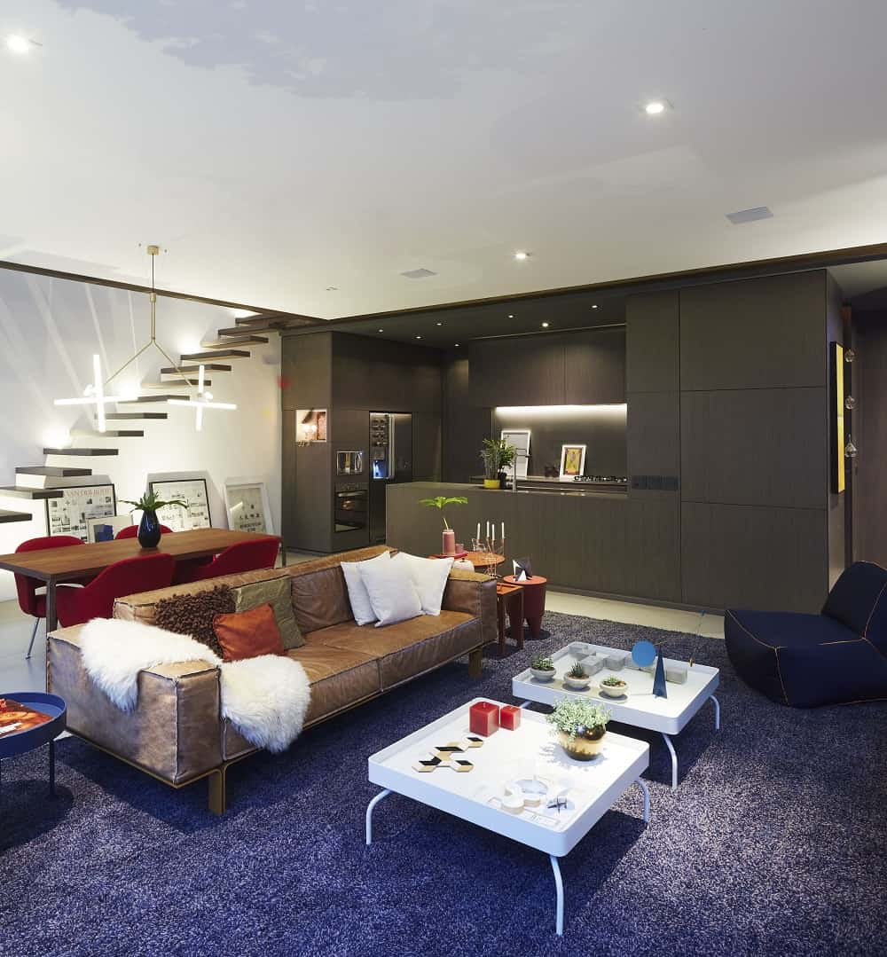 Living area, dining space and kitchen in the Casa Box designed by Flavio Castro.