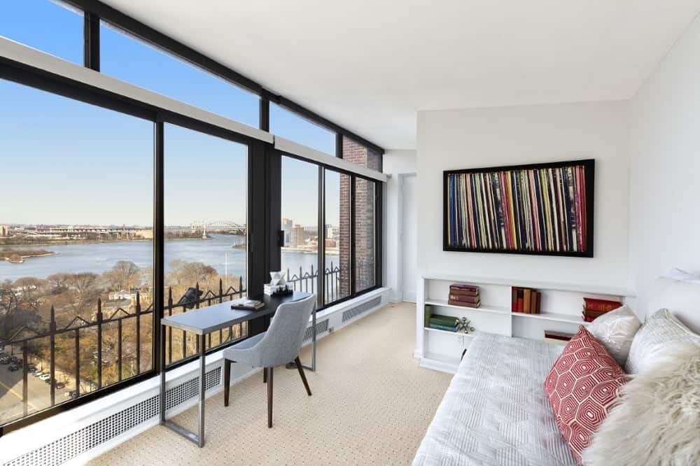 The amazing den is complemented by the wide glass walls that offer an amazing view of the skyline and the river. Images courtesy of Toptenrealestatedeals.com.
