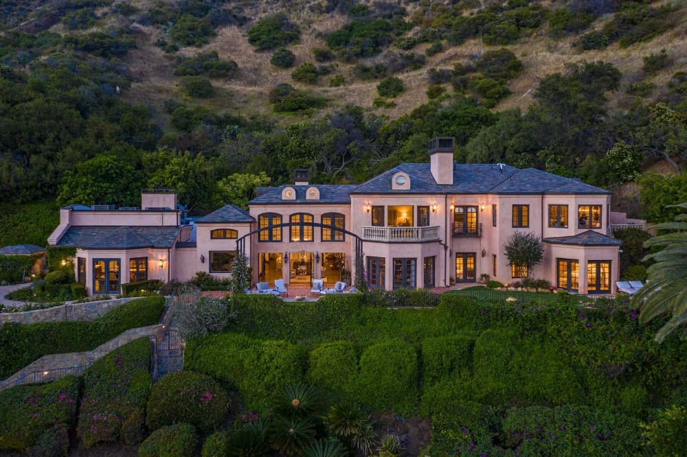 Another aerial view focusing on mansion itself, boasting its gorgeous architectural and landscaping. Images courtesy of Toptenrealestatedeals.com.