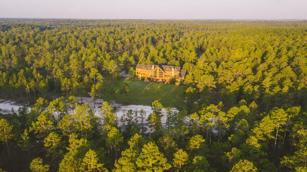 This lovely aerial view of the house boasts of the large acres of forest that comes with the house. A full-sized forest perfect for hunters and outdoor-loving people. Images courtesy of Toptenrealestatedeals.com.
