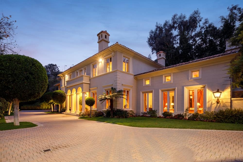 The gorgeous beige exterior walls of the mansion is complemented by the warm yellow glow coming from the multiple windows, glass doors as well as the entryway arches. These are then augmented by the simple yet elegant landscaping of the front of the house that lines the sides of the house. Images courtesy of Toptenrealestatedeals.com.
