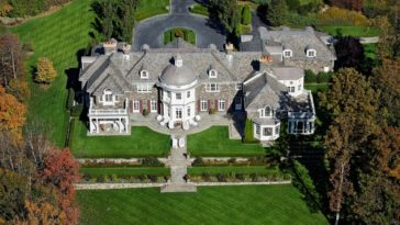 Aerial view of the house boasting its magnificent architecture and its beautiful landscape surrounding the property. Images courtesy of Toptenrealestatedeals.com.