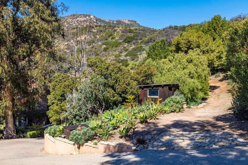 Here's a walkway leading up to the gorgeous landscape surrounding the property. Images courtesy of Toptenrealestatedeals.com.