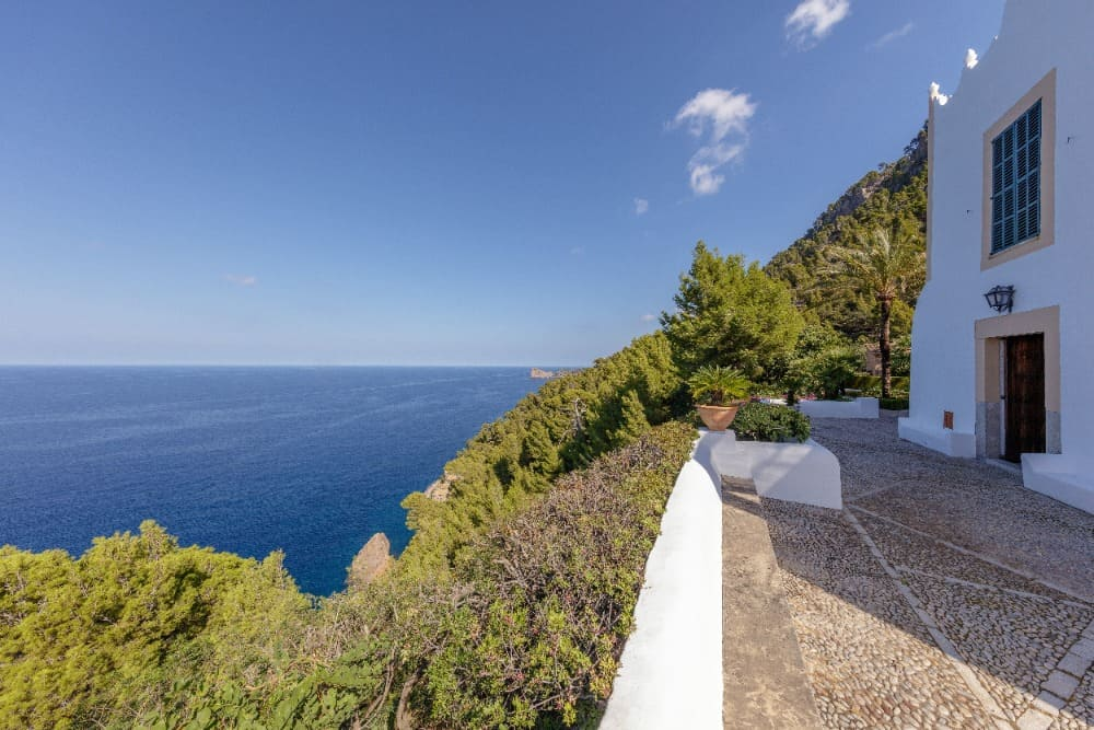 The side walkway of the house offers a stunning ocean view. Images courtesy of Toptenrealestatedeals.com.