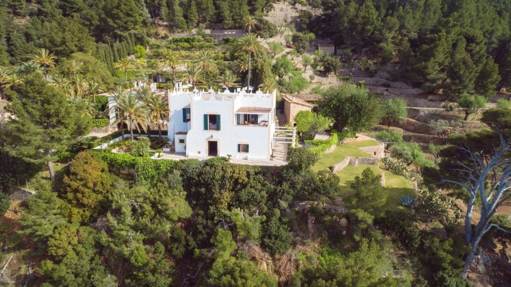 This aerial view of the property focuses on the mansion's side. Images courtesy of Toptenrealestatedeals.com.