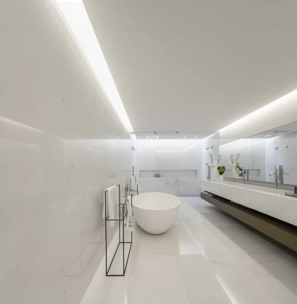 Primary bathroom in the Gama Issa v2.0 designed by studio mk27.