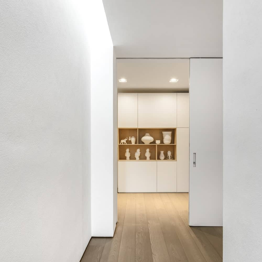 Walk-in closet in the Gama Issa v2.0 designed by studio mk27.
