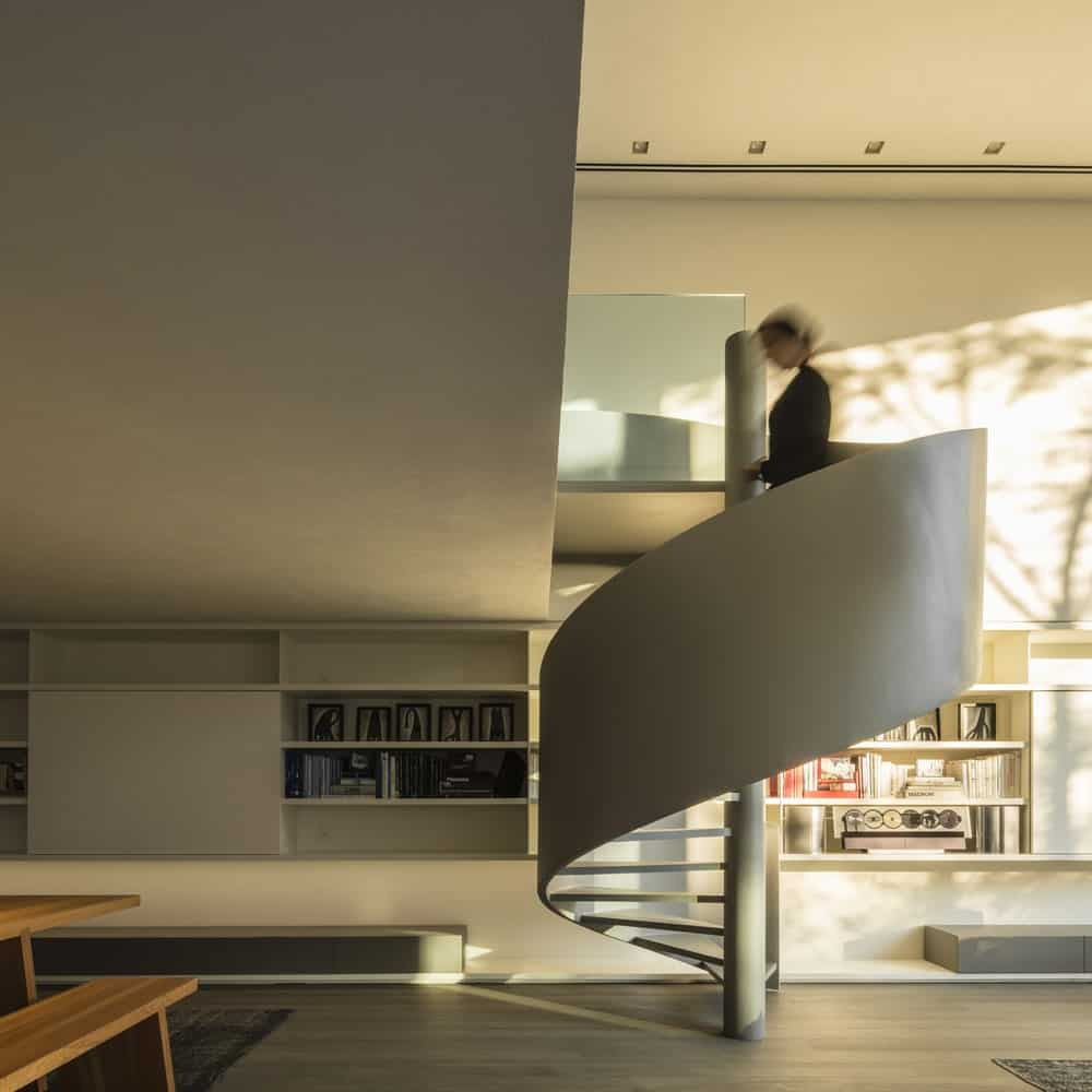 Spiral staircase leading to the library in the Gama Issa v2.0 designed by studio mk27.
