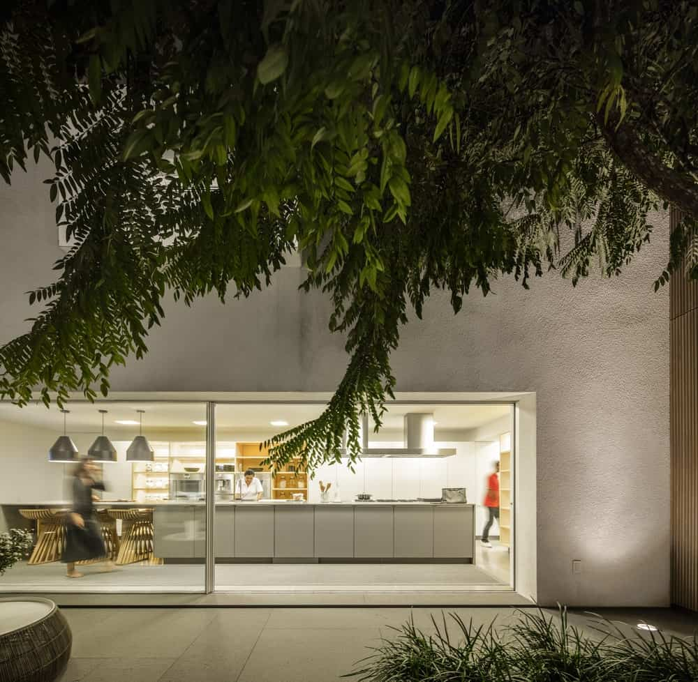 View of the kitchen from the garden in the Gama Issa v2.0 designed by studio mk27.