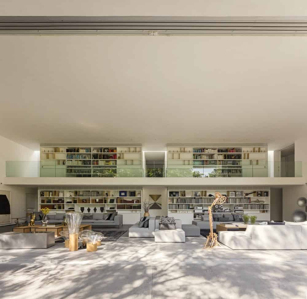 Library above the living room in the Gama Issa v2.0 designed by studio mk27.