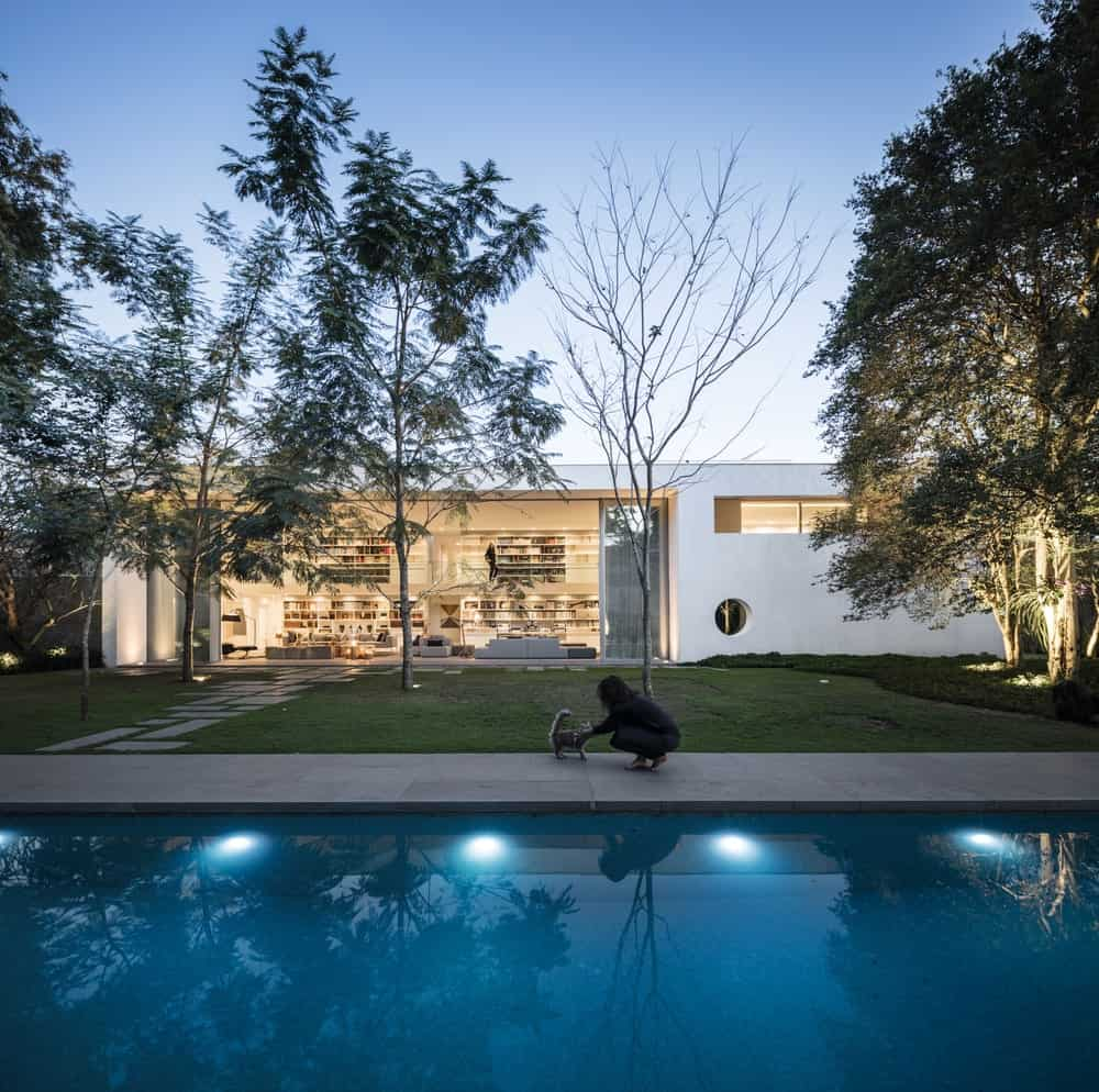 Farther view of the living room from the swimming pool in the Gama Issa v2.0 designed by studio mk27.