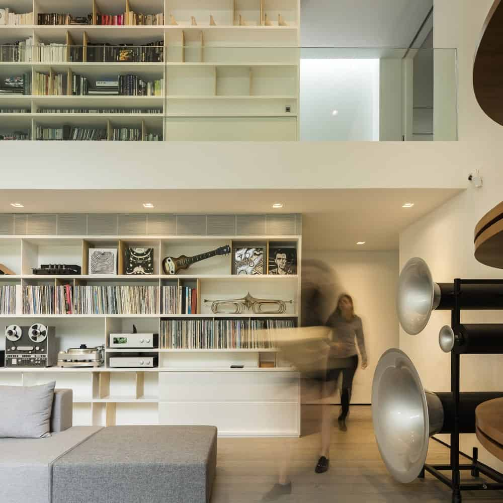 Closeup view of the Library and living room in the Gama Issa v2.0 designed by studio mk27.