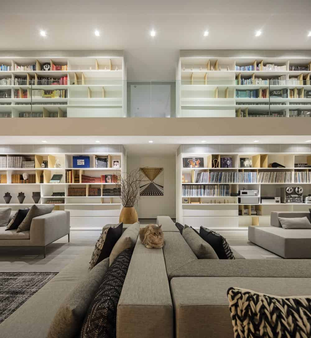Living room and upper library in the Gama Issa v2.0 designed by studio mk27.