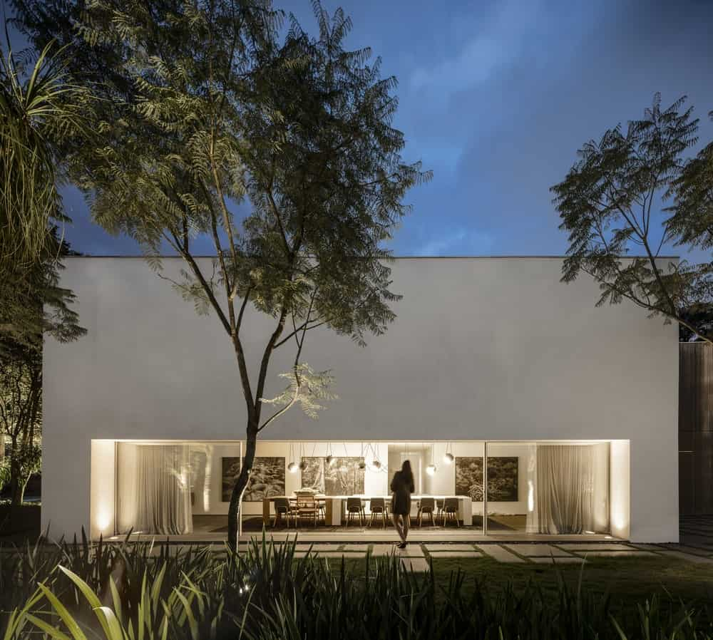 View of the dining room from the garden in the Gama Issa v2.0 designed by studio mk27.